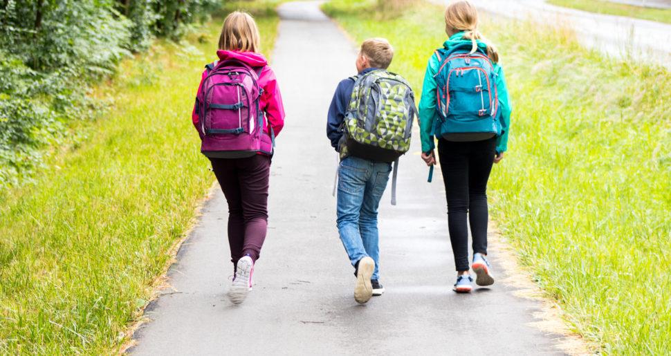 Kinder auf ihrem Schulweg