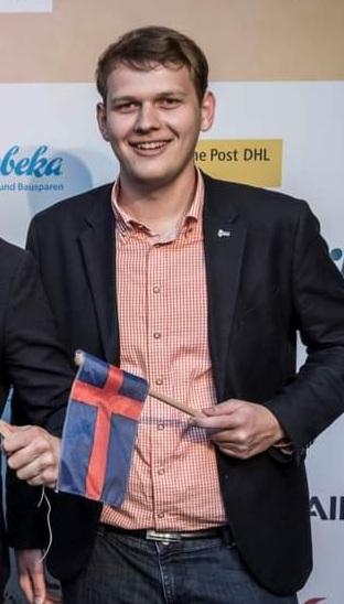 Philipp Albrecht mit einer Flagge