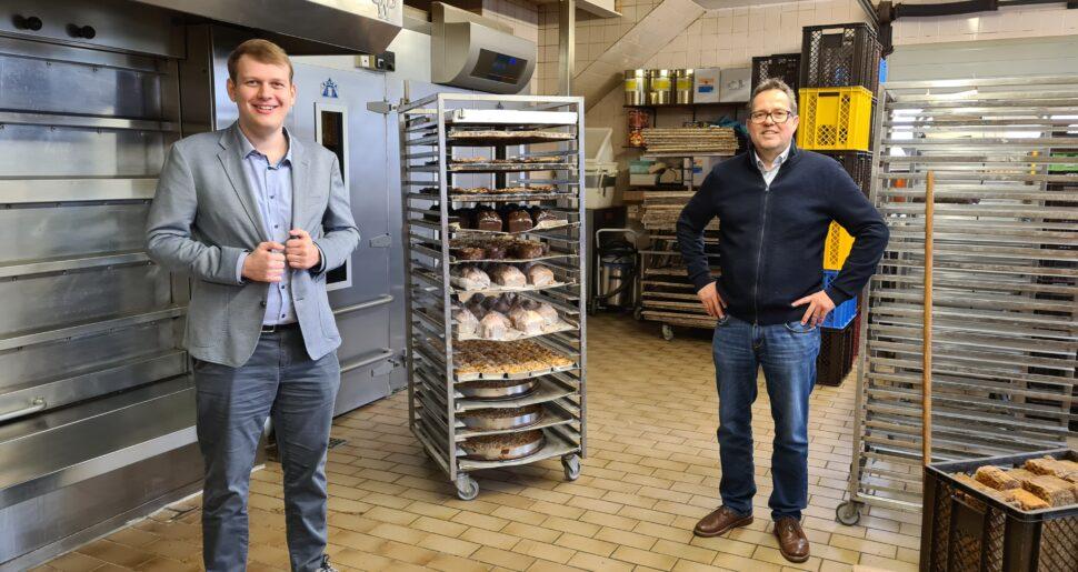 Philipp Albrecht mit Gunnar Meier in der Backstube