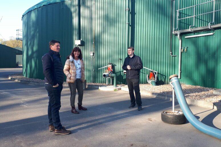 Antje Oltmanns und Philipp Albrecht mit Oliver Höfel vor der Biogasanlage
