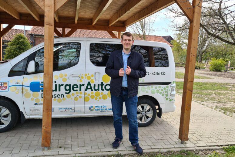 Philipp Albrecht vor dem BürgerAuto in Dünsen